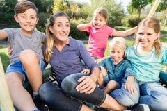 Familie mit der Mutter, Söhnen und Töchtern, die zusammen Foto machen Stockfotografie