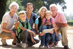 Familie mit drei Erzeugungen, die in Land geht Stockfoto