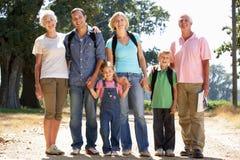 Familie mit drei Erzeugungen, die in Land geht stockbild