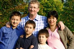 Familie mit drei jungen Söhnen Stockbild