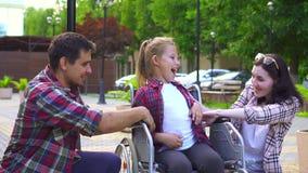 Familie mit einem behinderten Kind in einem Rollstuhl, glücklich stock video