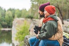 Familie mit Ferngläsern im Wald lizenzfreie stockfotos