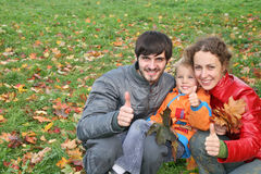 Familie mit Finger O.K. Lizenzfreies Stockfoto