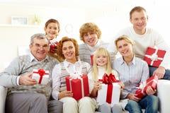 Familie mit Geschenken Lizenzfreie Stockfotos