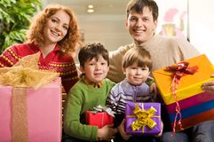 Familie mit Geschenken Stockfotografie