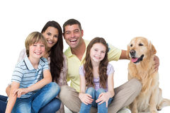 Familie mit golden retriever gegen weißen Hintergrund Lizenzfreie Stockfotos