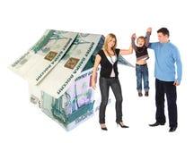 Familie mit hängendem Jungen und Rubel bringen Collage unter Stockfoto