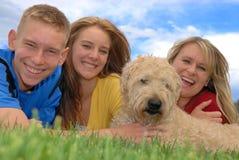 Familie mit Haustier Lizenzfreie Stockfotografie
