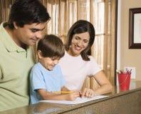 Familie mit Heimarbeit. Lizenzfreies Stockfoto