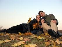 Familie mit Herbstblättern 2 Stockbild