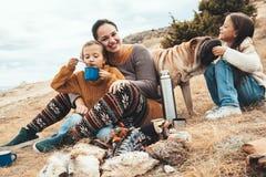 Familie mit Hund in der Herbstwanderung lizenzfreie stockfotografie
