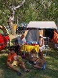 Familie mit Hund an einem Lager 1 stockfoto