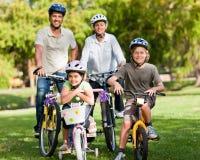 Familie mit ihren Fahrrädern Stockfoto