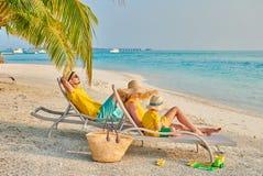 Familie mit j?hrigem Jungen drei auf Strand lizenzfreies stockbild