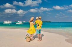 Familie mit j?hrigem Jungen drei auf Strand lizenzfreie stockbilder