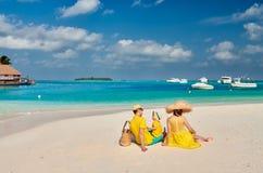Familie mit j?hrigem Jungen drei auf Strand lizenzfreie stockfotografie