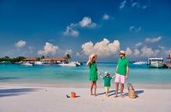 Familie mit j?hrigem Jungen drei auf Strand stockfotografie