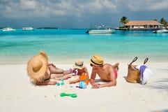 Familie mit j?hrigem Jungen drei auf Strand lizenzfreie stockfotos