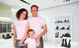 Familie mit Jungen in der Abteilung des Speichers Stockbilder