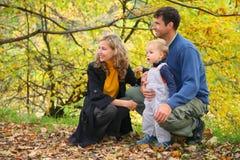 Familie mit Jungen im Herbstpark lizenzfreie stockbilder
