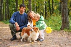 Familie mit Jungen und Hund Lizenzfreies Stockfoto