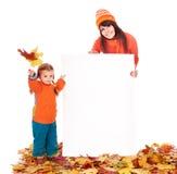 Familie mit Kind auf den Herbstblättern, die Fahne anhalten. Lizenzfreies Stockfoto