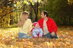 Familie mit Kind im Herbstpark Stockbilder