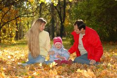 Familie mit Kind im Herbstpark Lizenzfreie Stockfotografie