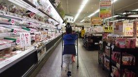 Familie mit Kind kauft im japanischen Supermarkt stock video