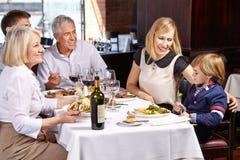 Familie mit Kind und Großeltern Stockfotografie