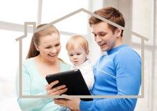 Familie mit Kind und Traumhaus Stockfoto