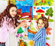 Familie mit Kindermalerei. Lizenzfreie Stockfotografie