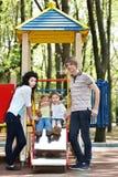 Familie mit Kindern auf dem Plättchen im Freien. Stockbilder