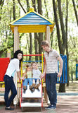 Familie mit Kindern auf dem Plättchen im Freien. Lizenzfreies Stockfoto
