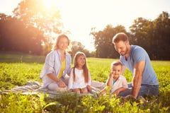 Familie mit Kindern auf Picknick lizenzfreies stockbild