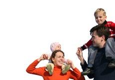 Familie mit Kindern auf Schultern lizenzfreie stockbilder