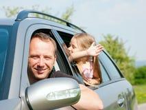 Familie mit Kindern in einem Auto Stockfotos