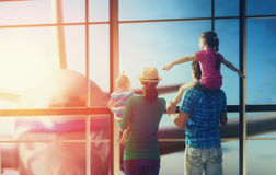 Familie mit Kindern am Flughafen Stockbilder