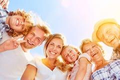 Familie mit Kindern und Großeltern zusammen stockfotografie