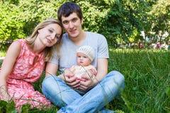 Familie mit kleiner Tochter draußen Lizenzfreie Stockbilder