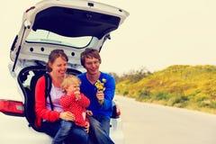 Familie mit kleiner Tochterreise mit dem Auto herein lizenzfreie stockfotos