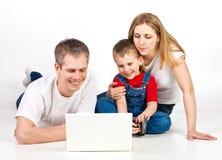 Familie mit Laptop Lizenzfreie Stockbilder