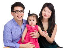 Familie mit Mutter-, Vater- und Babytochter stockfoto