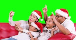 Familie mit Sankt-Hut, der Videoanruf tut stock footage