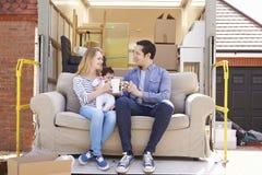 Familie mit Sofa On Tail Lift Of-Abbau-LKW-beweglichem Haus Stockfoto