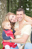 Familie mit Sohn im Park lizenzfreie stockfotos