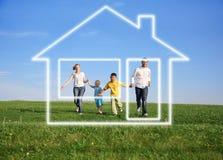Familie mit Traumhaus lizenzfreie stockbilder