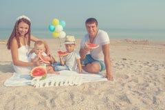 Familie mit Wassermelone auf dem Strand Lizenzfreies Stockfoto