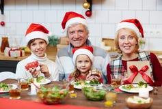 Familie mit Weihnachtsgeschenken lizenzfreies stockfoto