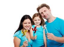 Familie mit Windmühlen in ihren Händen. Stockfotos